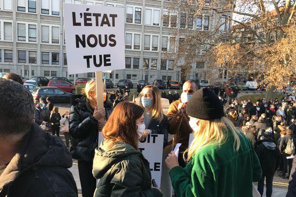 Les manifestants se sont rassemblés en face la chambre de commerce et d'industrie.