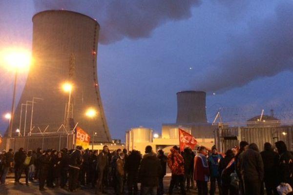 Une centaine de manifestants a bloqué les entrées de la centrale