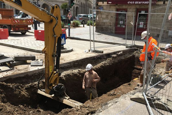 Les fouilles menées par l'INRAP, actuellement boulevard de la Cité à Limoges, permettront peut-être de retrouver les fossés du XIIIème, comblés au XVIIIème pour permettre le tracé des boulevards tels qu'on les connait aujourd'hui.