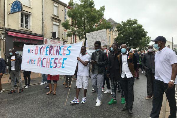 Une cinquantaine de personnes défilaient ce samedi 3 juillet dans les rues de Laval pour dénoncer un racisme de plus en plus décomplexé et revendiquer le droit au vivre ensemble en respectant les origines de chacun.