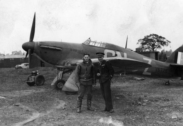 Georges Perrin (à droite) devant un Hawker Hurricane.