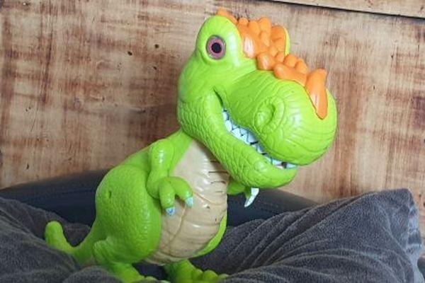 Le dinosaure de l'enfant en guise de « buzzer ».