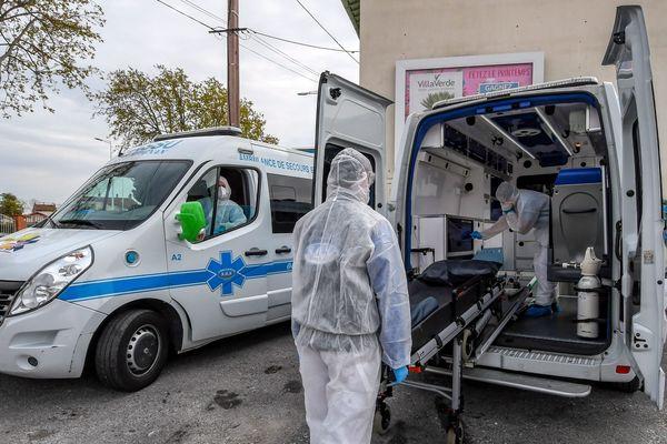Transport de malades du Covid-19 par ambulances à Perpignan.