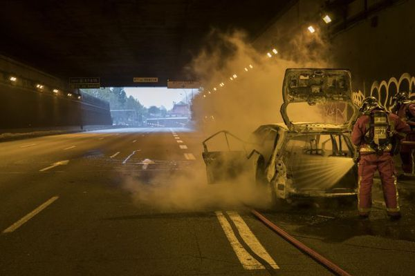 Les pompiers sont intervenus pour étiendre le véhicule en flammes obligeant à couper la circulation sur une partie du péricphérique le 26 octobre 2018.