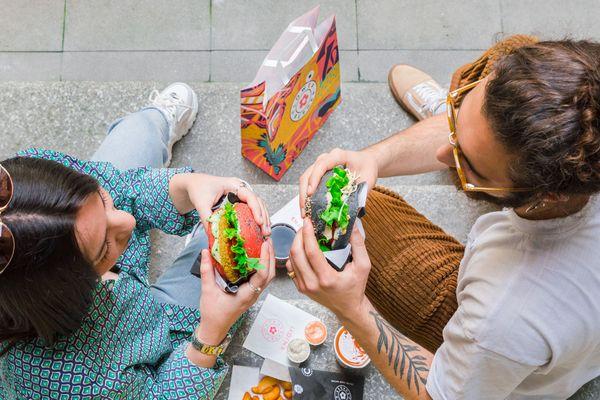 La marque italien espère allécher les jeunes Marseillais avec ses burgers colorés végétaliens.