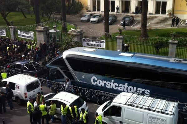 21/02/14 - Manifestation des professionnels du BTP de Porto-Vecchio devant la préfecture d'Ajaccio