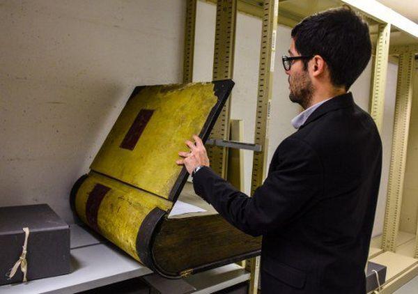L'imposant registre comptable de la société fromagère de Roquefort, consulté par le conservateur des archives, Raphaël Baumard.