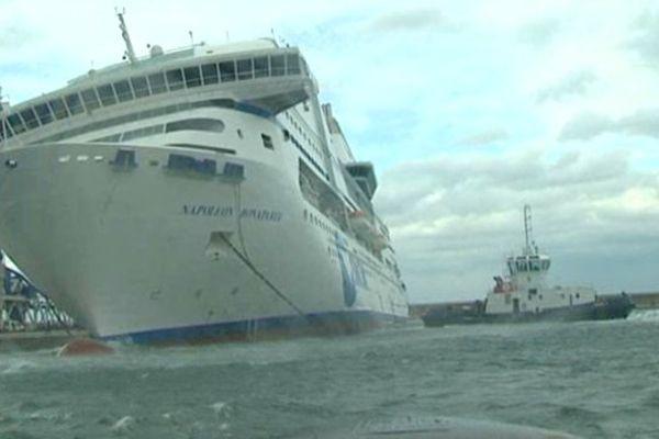 Le navire vient de heurter le quai et s'enfonce dans l'eau