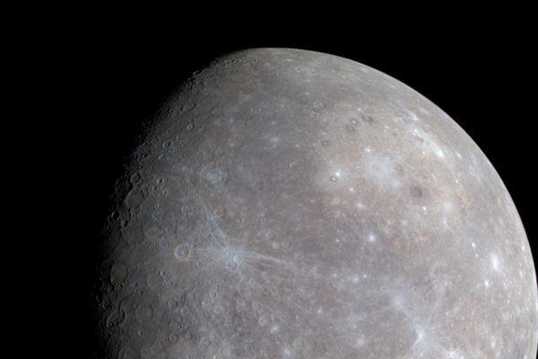 Mercure photographiée par la mission Messenger en 2008, quatre ans après son lancement. Le 30 avril 2015, la sonde a achevé sa mission en s'écrasant à la surface.