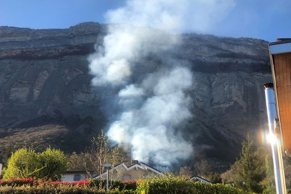 L'incendie se situe entre le château de Rochasson et le réservoir d'eau, sur la commune de Meylan en Isère.