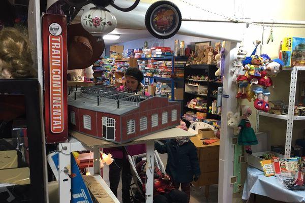 La salle de vente d'Emmaüs87, à Limoges, s'est transformée en magasin de jouets depuis le 21 novembre et jusqu'aux fêtes de fin d'année.