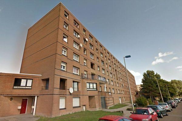La trentenaire a chuté du 4e étage de la résidence Esterel, rue de Provence à Grande-Synthe.