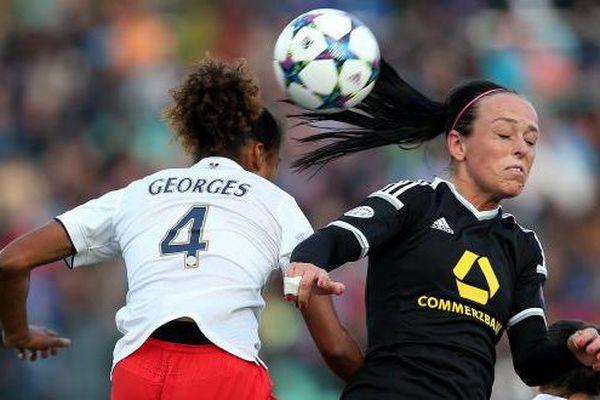 Duel de défenseurs entre Laura Georges (PSG) et Peggy Kuznik (Francfort)