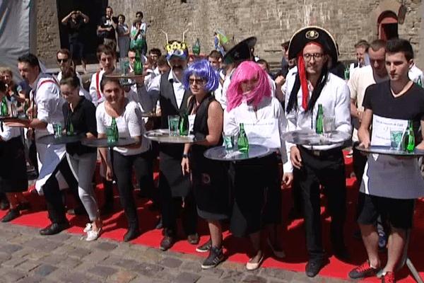 Les participants à la course des garçons et filles de café sont dans les starting blocks
