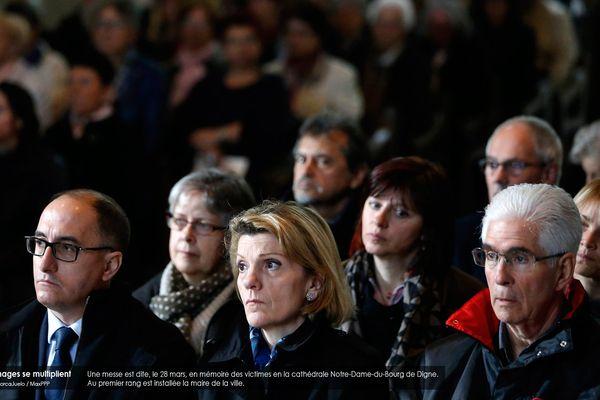 Une messe est dite, le 28 mars, en mémoire des victimes en la cathédrale Notre-Dame-du-Bourg de Digne. Au premier rang est installée la maire de la ville.