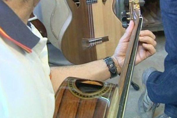 La bouche de cette guitare a été déplacée sur le haut de la caisse de résonance