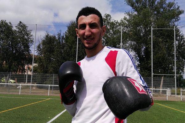 Le boxeur Toulousain s'entraîne sur un terrain de foot en périphérie de la ville.