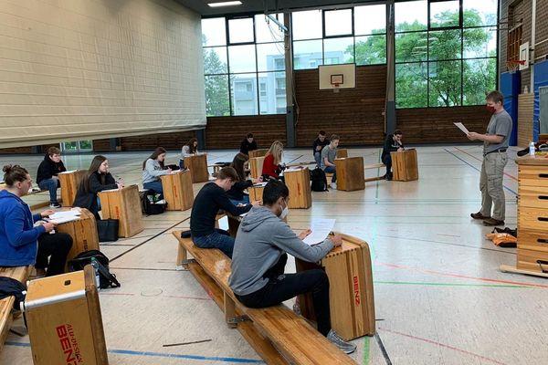 Ces élèves de terminale du lycée Einstein de Kehl sont retournés en cours lundi 4 mai 2020... dans un gymnase.