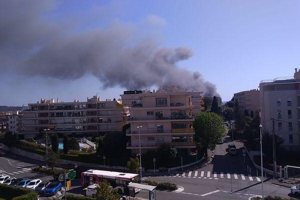 Une épaisse fumée se dégage de l'incendie.
