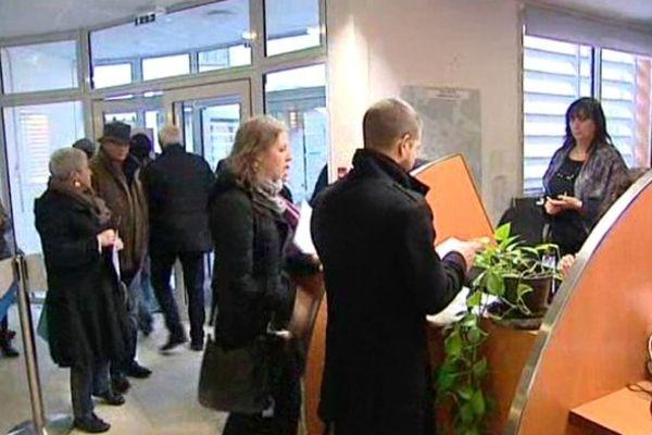 Longue file d'attente pour s'inscrire sur les listes électorales à Pau.