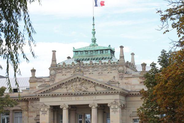 Deux collégiens strasbourgeois visés par une enquête pour apologie du terrorisme en marge de l'hommage à Samuel Paty.