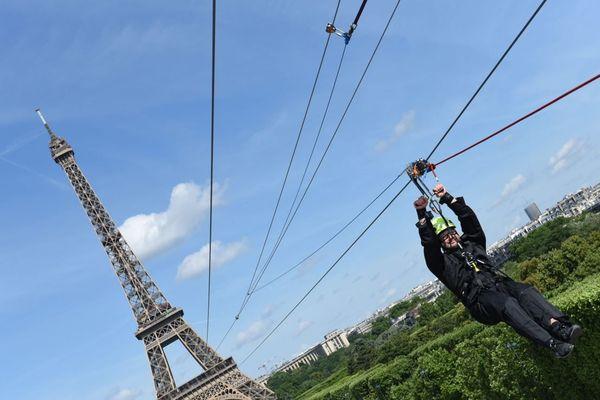 La tyrolienne, déjà installée en 2017, part du deuxième étage de la tour Eiffel et traverse le Champ-de-Mars (illustration : images 2017).
