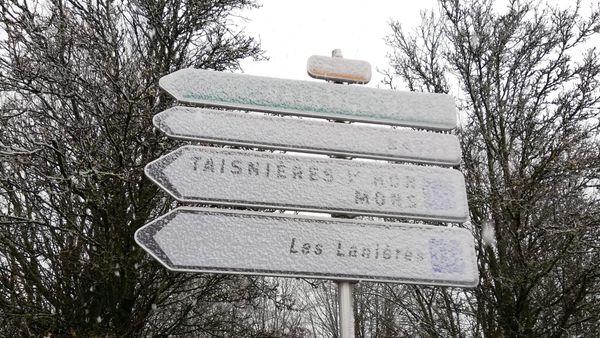 La neige recouvre les panneaux de signalisation dans l'Avesnois