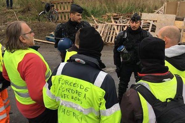 Les gilets jaunes débloquent le barrage du dépôt du carburant de Frontignan en présence des gendarmes mardi 20 novembre 2018.