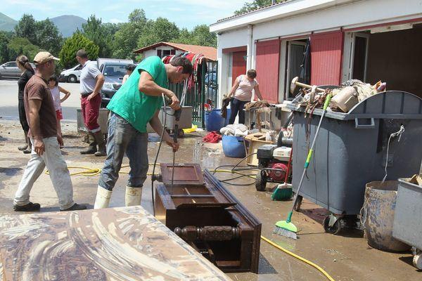 C'est l'heure du grand nettoyage dans les zones sinistrées au Pays basque afin de dresser un premier bilan des dégâts