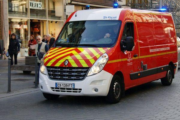 Un camion de pompiers pour l'assistance aux victimes