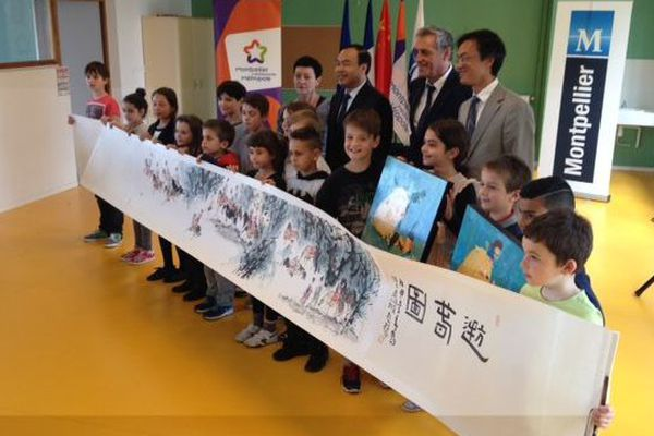 Les élèves sinophones de l'école de Chengdu à Montpellier avec les maires des deux villes