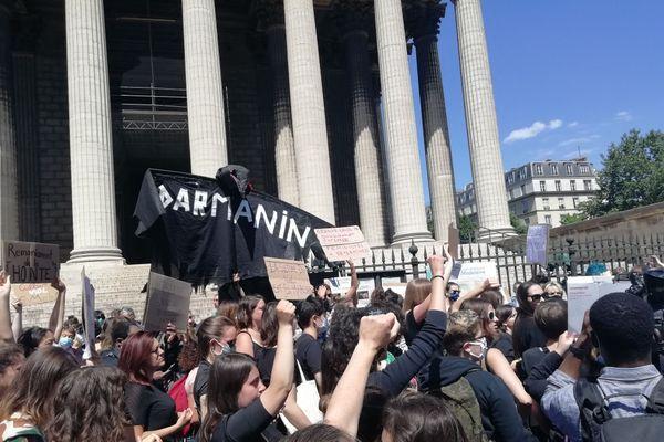 """Manifestation à Paris contre le nouveau gouvernement jugé """"sexiste"""""""