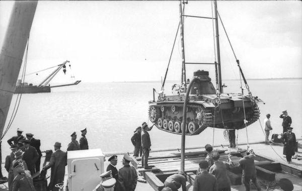 """Essai d'immersion d'un Panzer III allemand en vue de l'Opération """"Seelöwe"""" en 1940."""