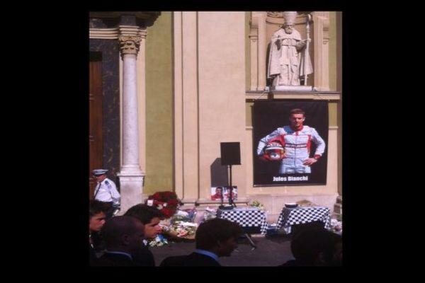 Des portraits géants de Jules Bianchi pour les obsèques du pilote à Nice
