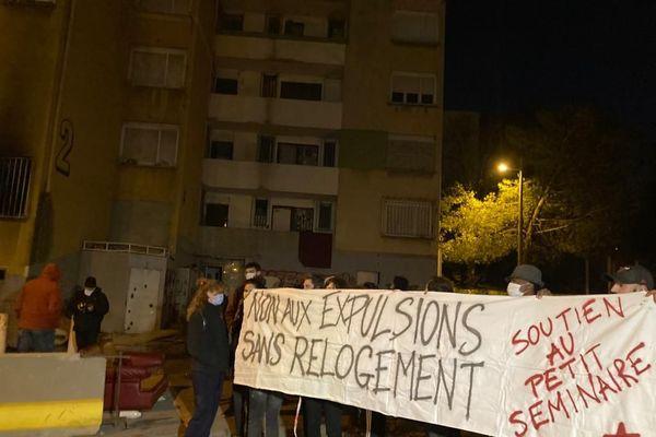 Les militants étaient aussi sur place pour manifester contre l'expulsion