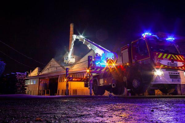 Intervention des pompiers suite à un incendie dans la scierie Petit à Crèvecoeur-le-Grand dans l'Oise mardi 8 octobre 2019