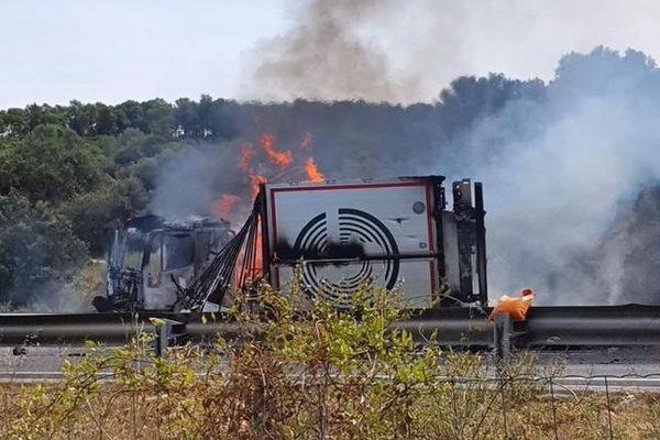 Hérault : l'autoroute A9 coupée dans les 2 sens à Fabrègues après un accident de camion. Le PL a pris feu - 13 août 2019.