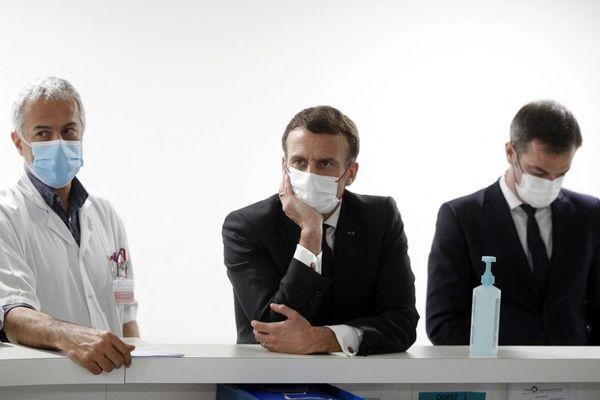 Emmanuel Macron avec Olivier Véran et le chef de l'unité de soins intensifs de l'hôpital de Poissy Saint-Germain-en-Laye, le Dr Jan Hayon, à Poissy le 17 mars.