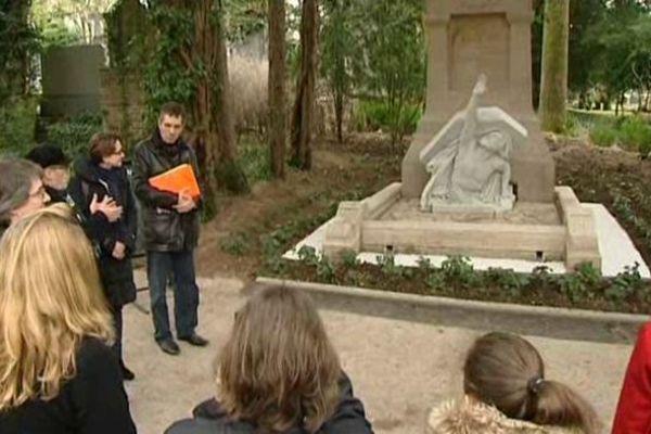 La présentation de la tombe restaurée de Jules Verne