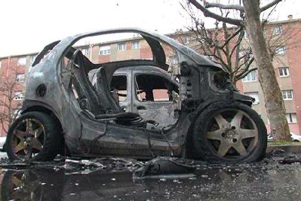 Voitures incendiées en représailles dans la cité