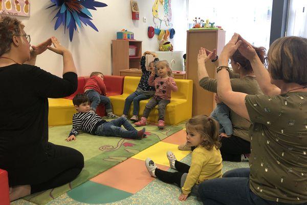Grâce à la langue des signes , les bébés peuvent communiquer avec les assistantes maternelles.