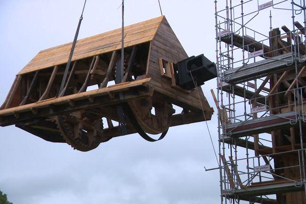 Le grutage du moulin a débuté le 16 juin. Le 23 juin, les équipes ont procédé au posage de la tête.