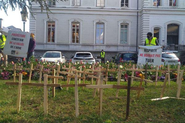 85 croix plantées devant la préfecture de la Haute-Savoie