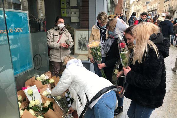 Les camarades de Laura déposent des fleurs