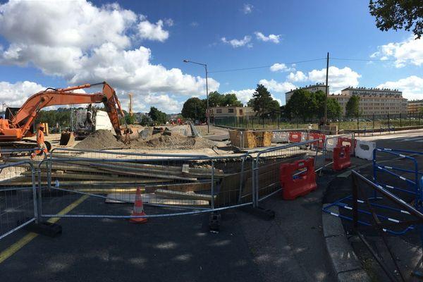 31 juillet 2018- Rouen : les travaux avenue Jean Rondeau. En face : la  direction du pont Guillaume le Conquérant, à gauche : les travaux de la future ligne de bus T4