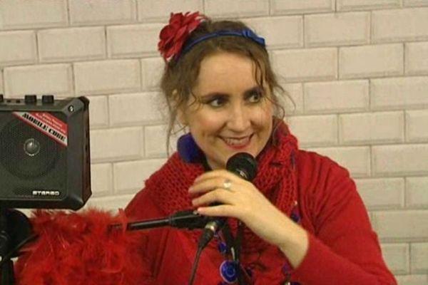 Elle chante dans le métro parisien pour se faire entendre