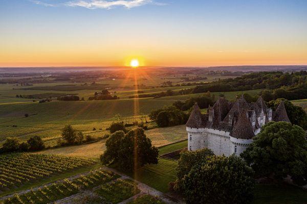 Un château de Montbazillac, à la tombée de la nuit, rappelle des paysages de contes.