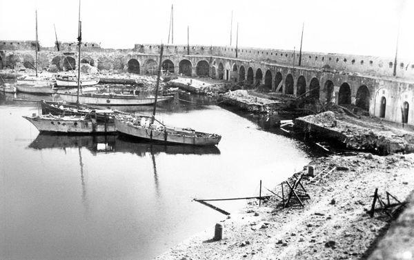 Le 19 août 1944 à 1h30 du matin la station aéronavale est bombardée par les allemands. Brèche dans le rempart du port d'Antibes.