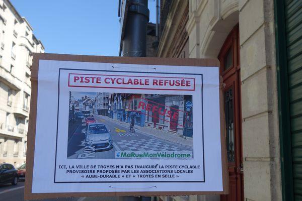 8 affichettes de ce type ont été accrochées par des associations dans Troyes, là où des pistes cyclables provisoires seraient les bienvenues.