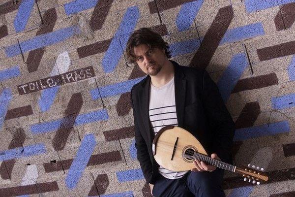 """Vincent Beer-Demander est un mandoliniste et compositeur français. Il a créé la """"Compagnie VDB and co"""" autour de son instrument fétiche."""